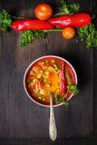 Σούπα Minestrone στο σκοτεινό πίνακα με τα λαχανικά Στοκ Εικόνα
