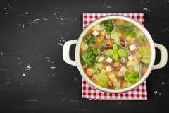 Σούπα Minestrone στο σκοτεινό υπόβαθρο Αγροτικό ύφος Στοκ Φωτογραφία