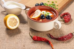 Σούπα saltwort με το κρέας, πατάτες, ντομάτες, λεμόνι, μαύρες ελιές στοκ εικόνες