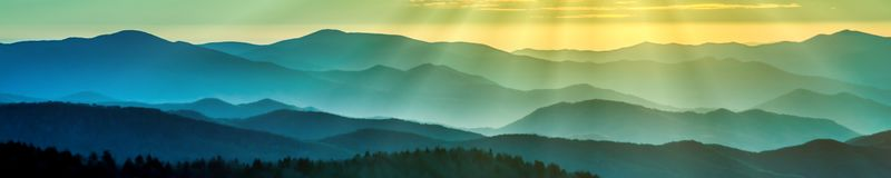 Καπνώείς κορυφογραμμές βουνών στοκ εικόνα