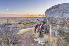 Σούρουπο πέρα από το λιβάδι με το παχύ ποδήλατο Στοκ εικόνες με δικαίωμα ελεύθερης χρήσης