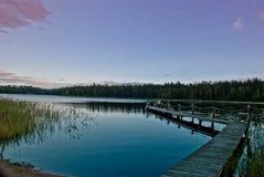 Σούρουπο στη λίμνη στη Φινλανδία στοκ εικόνες