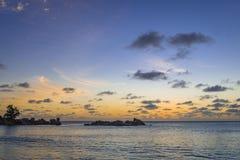 Σούρουπο στη λεπτοκαμωμένη παραλία Anse, Σεϋχέλλες Στοκ φωτογραφία με δικαίωμα ελεύθερης χρήσης