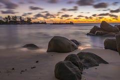 Σούρουπο στη λεπτοκαμωμένη παραλία Anse, Σεϋχέλλες Στοκ Εικόνες