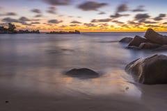 Σούρουπο στη λεπτοκαμωμένη παραλία Anse, Σεϋχέλλες Στοκ Εικόνα