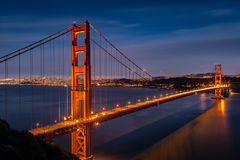Σούρουπο στη χρυσή γέφυρα πυλών από την μπαταρία Spencer στοκ εικόνες