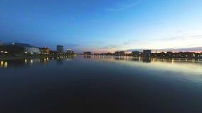 σούρουπο Όμορφο ηλιοβασίλεμα πέρα από το άναμμα φω'των νερού και πόλεων απόθεμα βίντεο