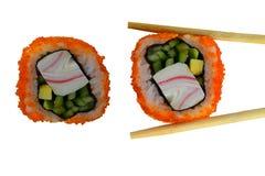 Σούσια ένα πιάτο της παραδοσιακής ιαπωνικής κουζίνας που μαγειρεύεται από το ρύζι, το χαβιάρι ενός σολομού και τα λαχανικά Στοκ Εικόνα