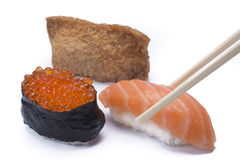 Σούσια κατατάξεων με chopsticks Στοκ φωτογραφία με δικαίωμα ελεύθερης χρήσης