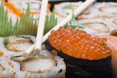 Σούσια κατατάξεων με chopsticks στοκ εικόνες