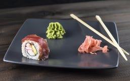 Σούσια Κόκκινος ρόλος αραχνών με την παστωμένα πιπερόριζα και το wasabi Στοκ Φωτογραφία