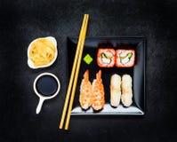 Σούσια με Nigiri και σάλτσα σόγιας με την πιπερόριζα Στοκ Εικόνες