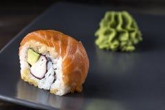 Σούσια Πορτοκαλής ρόλος αραχνών που εξυπηρετείται στο γκρίζο πιάτο με το wasabi Στοκ Εικόνες