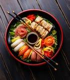 Σούσια που τίθενται σε μαύρο Sushioke γύρω από το πιάτο Στοκ Εικόνα