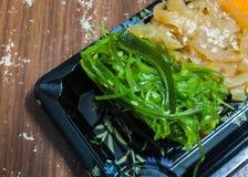 Σούσια σαλάτας φυκιών στο μαύρο κουτί Στοκ φωτογραφία με δικαίωμα ελεύθερης χρήσης