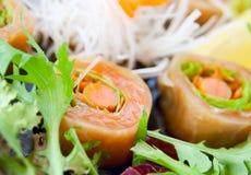 σούσια σολομών σαλάτας Στοκ φωτογραφία με δικαίωμα ελεύθερης χρήσης