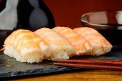 Σούσια Nigiri με τις γαρίδες και τη σάλτσα σόγιας Στοκ Εικόνα