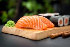 Σούσια Nigiri με το φρέσκο σολομό και τα ιαπωνικά τρόφιμα MakiTraditional Στοκ Φωτογραφία