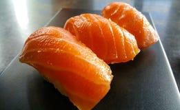 Σούσια nigiri χάρης - κλείστε αυξημένος - φρέσκος σολομός Στοκ Εικόνες