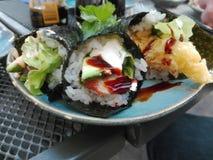 Σούσια Onigiri eal που τηγανίζεται στοκ εικόνα