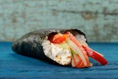 Σούσια Temaki με το τυρί κρέμας, το φρέσκα αγγούρι και το πιπέρι κουδουνιών W Στοκ φωτογραφία με δικαίωμα ελεύθερης χρήσης