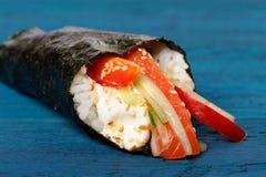 Σούσια temaki της Ιαπωνίας στο nori με το ρύζι, σολομός, τυρί κρέμας, κουδούνι Στοκ εικόνα με δικαίωμα ελεύθερης χρήσης
