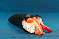 Σούσια temaki της Ιαπωνίας στο nori με το ρύζι, σολομός, τυρί κρέμας, κουδούνι Στοκ φωτογραφίες με δικαίωμα ελεύθερης χρήσης