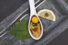 Σούσια Uni στο κουτάλι με το αυγό ορτυκιών στοκ εικόνα με δικαίωμα ελεύθερης χρήσης