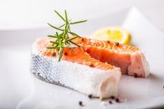 Σολομός Ακατέργαστη μπριζόλα σολομών με το αλάτι και το πιπέρι λεμονιών δεντρολιβάνου Στοκ Φωτογραφία