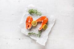 Σολομός Ακατέργαστη μπριζόλα σολομών με το αλάτι και το πιπέρι λεμονιών δεντρολιβάνου Στοκ Φωτογραφίες