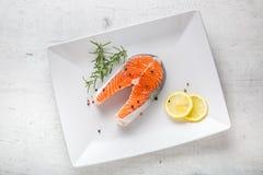 Σολομός Ακατέργαστη μπριζόλα σολομών με το αλάτι και το πιπέρι λεμονιών δεντρολιβάνου Στοκ Εικόνα