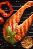 Σολομός και λαχανικά μπριζόλας στο τηγάνι σχαρών Κάθετη τοπ άποψη Στοκ φωτογραφίες με δικαίωμα ελεύθερης χρήσης