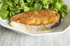 Σολομός μέλι-μουστάρδας που εξυπηρετείται με τη σαλάτα καλαμποκιού Στοκ Φωτογραφία