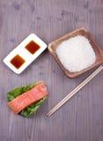 Σολομός με το ρύζι, τη σάλτσα και chopsticks Στοκ φωτογραφίες με δικαίωμα ελεύθερης χρήσης