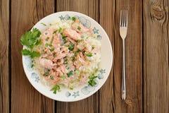 Σολομός με το ρύζι, το scallion και το cilantro στο άσπρο πιάτο με το δίκρανο Στοκ Εικόνες
