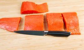 Σολομός που κόβεται άγριος στα κομμάτια για το μαγείρεμα Στοκ φωτογραφία με δικαίωμα ελεύθερης χρήσης