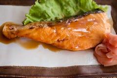 Σολομός που τηγανίζεται με την ιαπωνική σάλτσα Στοκ φωτογραφία με δικαίωμα ελεύθερης χρήσης