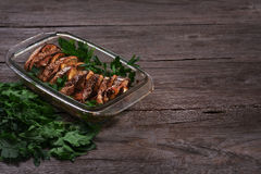 Σολομός που ψήνεται στο φούρνο με το λεμόνι και τα φρέσκα χορτάρια Στοκ Εικόνα