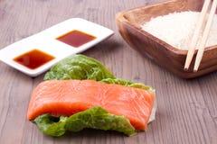 Σολομός στη σαλάτα με τη σάλτσα Στοκ Εικόνα