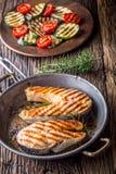 Σολομός Ψημένος στη σχάρα σολομός ψαριών Ψημένη στη σχάρα μπριζόλα σολομών στο ψημένο τηγάνι στον αγροτικό ξύλινο πίνακα Στοκ φωτογραφίες με δικαίωμα ελεύθερης χρήσης