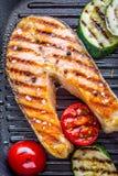 Σολομός Ψημένος στη σχάρα σολομός ψαριών Ψημένη στη σχάρα μπριζόλα σολομών στο τηγάνι σχαρών στον αγροτικό ξύλινο πίνακα Στοκ εικόνα με δικαίωμα ελεύθερης χρήσης
