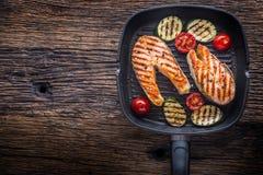 Σολομός Ψημένος στη σχάρα σολομός ψαριών Ψημένη στη σχάρα μπριζόλα σολομών στο τηγάνι σχαρών στον αγροτικό ξύλινο πίνακα Στοκ Φωτογραφία