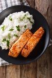 Σολομός ½ Glazedï ¿ σόγια-μελιού και κινηματογράφηση σε πρώτο πλάνο ρυζιού camolino Κάθετη κορυφή Στοκ Εικόνες