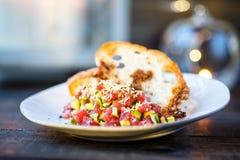 Σολομός tartare με το αβοκάντο στο ψημένο ψωμί Στοκ εικόνες με δικαίωμα ελεύθερης χρήσης