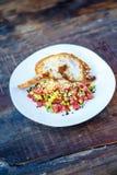 Σολομός tartare με το αβοκάντο στο ψημένο ψωμί Στοκ Φωτογραφίες