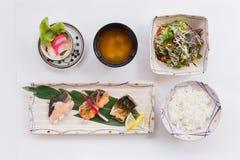 Σολομός Teriyaki καθορισμένο ότι εξυπηρετημένος με το ιαπωνικό βρασμένο στον ατμό ρύζι, τη σαλάτα, το ιαπωνικές βρασμένες αυγό κα Στοκ φωτογραφίες με δικαίωμα ελεύθερης χρήσης
