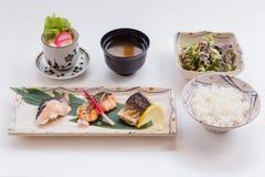 Σολομός Teriyaki καθορισμένο ότι εξυπηρετημένος με το ιαπωνικό βρασμένο στον ατμό ρύζι, τη σαλάτα, το ιαπωνικές βρασμένες αυγό κα Στοκ εικόνες με δικαίωμα ελεύθερης χρήσης