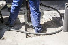 Σπάζοντας άσφαλτος πεζοδρομίων τρυπανιών σφυριών Στοκ Εικόνες