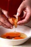 σπάζοντας αυγά Στοκ φωτογραφία με δικαίωμα ελεύθερης χρήσης