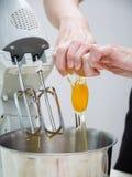σπάζοντας αυγό Στοκ εικόνα με δικαίωμα ελεύθερης χρήσης